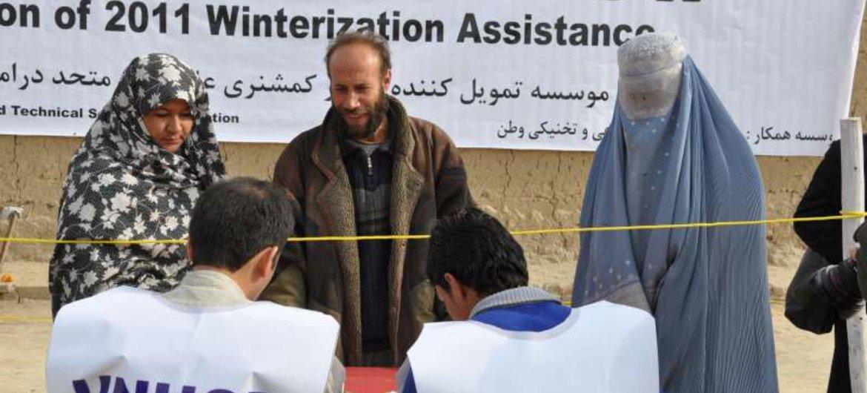 Des familles afghanes reçoivent des fournitures pour affronter l'hiver à Dahsabz, un faubourg de Kaboul.