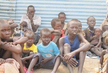 أطفال  يتامى يتلقون المساعدات الغذائية من برنامج الأغذية العالمي بعد وصول بعثة إنسانية في البلدة المنكوبة بيبور في ولاية جونقلي في جنوب السودان. المصدر: بعثة الأمم المتحدة في جنوب السودان