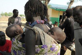 Une femme avec ses enfants faisant partie de déplacés internes au Soudan du Sud.