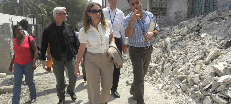 """L'Administratrice adjointe du PNUD, Rebecca Grynspan, visite du projet """"argent contre travail"""" à Port-au-Prince, en Haïti."""