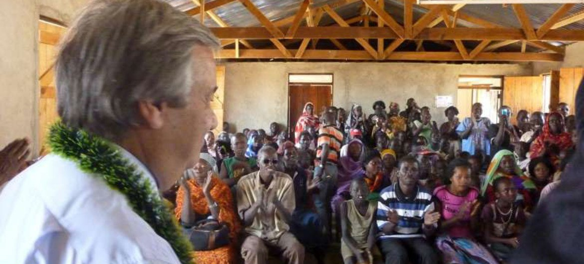 High Commissioner António Guterres meets with a group of South Sudan returnees
