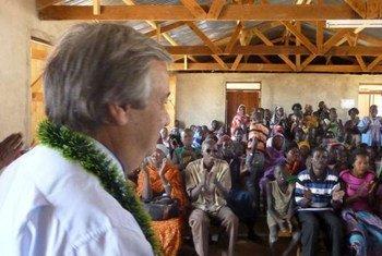 Le Haut commissaire Antonio Guterres rencontre un groupe de rapatriés au Soudan du Sud.