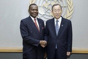 Le Secrétaire général Ban Ki-moon (à droite) avec le Ministre des affaires étrangères du Nigéria, Olugbenga Ashiru.