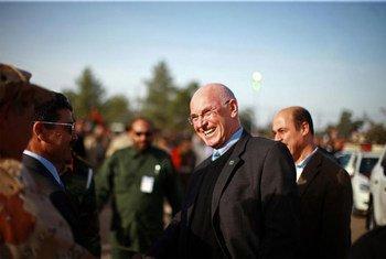 Le Représentant spécial de l'ONU en Libye, Ian Martin (au centre). Photo ONU/Iason Foounten