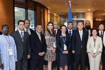 Le Secrétaire général Ban Ki-moon avec des représentants du G77 + Chine en décembre 2011 à Durban, en Afrique du Sud. Photo ONU/Mark Garten