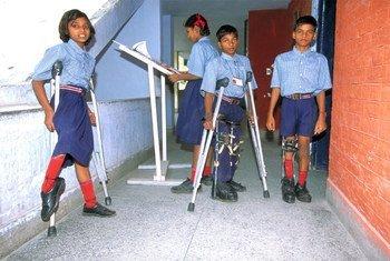 Des enfants souffrant de la polio dans un centre de recherche à Delhi, en Inde.