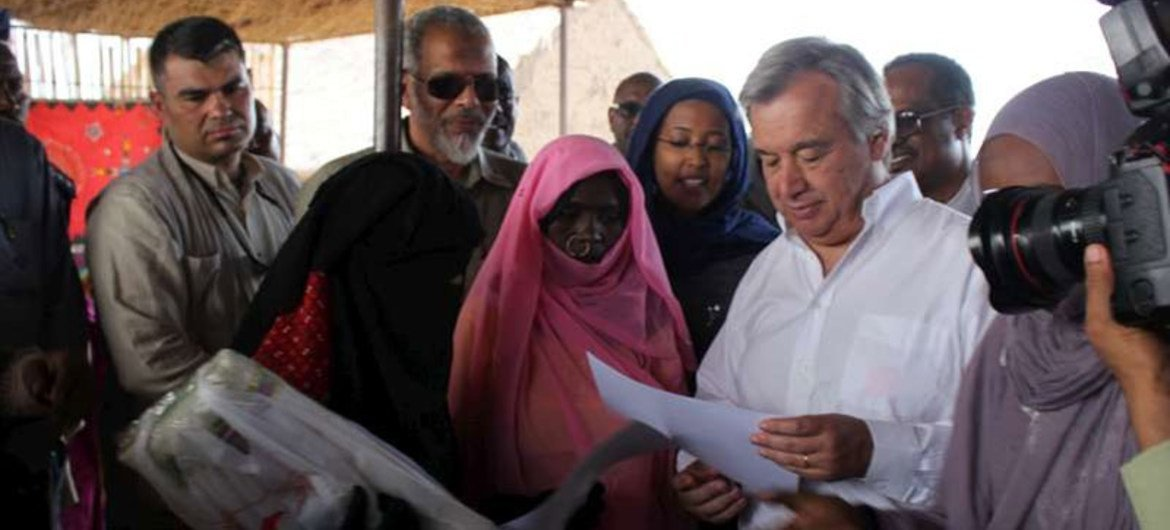 High Commissioner António Guterres with Eritrean and Ethiopian refugees in Shagarab I camp, eastern Sudan.