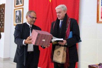 Le Président du Timor-Leste, José Ramos-Horta (à gauche), présente des cadeux à James Lynch du HCR lors de la cérémonie marquant la fermeture du bureau de l'agence à Dili.  Photo UNHCR/ K.McKinsey