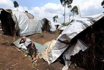Une femme forcée de fuir son village se repose à l'extérieur d'un abri dans la province du Nord-Kivu. Photo : UNHCR/S. Schulman