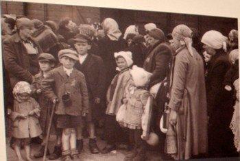 """Photo de l'exposition """"Auschwitz - la profondeur de l'abîme"""" au siège de l'ONU. Photo ONU/Eskinder Debebe (24 janvier 2005)"""