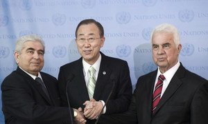 Secretary-General Ban Ki-moon (centre) joins hands with Greek  and Turkish Cypriot Leaders Demetris Christofias (left) and Dervis Eroglu.
