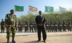 Le Représentant spécial du Secrétaire général pour la Somalie, Augustine Mahiga, au quartier général de la Mission de l'Union africaine à Mogadiscio. Photo ONU/Stuart Price