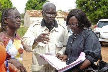 L'expert indépendant de l'ONU, Doudou Diène (au centre), lors d'une visite en Côte d'Ivoire en novembre 2011. Photo ONU/Basile Zoma