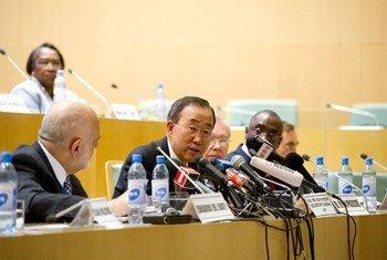 Le Secrétaire général Ban Ki-moon devant la presse au 18e Sommet de l'Union africaine, à Addis Abeba, en Ethiopie. Photo ONU/E. Debebe
