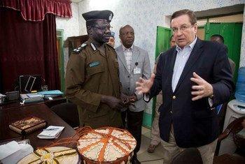 Le Sous-secrétaire général de l'ONU, Dimitri Titov, rencontre le Directeur des prisons du Darfour-Nord, Hassan Abdulgader. Photo MINUAD/Albert Gonzalez Farran