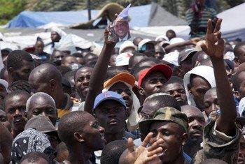 Des Haïtiens devant le palais présidentiel à Port-au-Prince après les élections en 2011. Photo ONU/Victoria Hazou