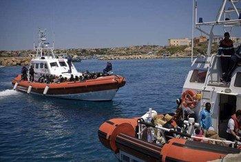 Un navire des garde-côtes italiens arrive à Lampedusa après avoir secouru des naufragés en Méditerranée.