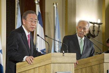 Le Secrétaire général Ban Ki-moon (à gauche) et le Président israélien Shimon Peres lors d'une conférence de presse conjointe à Jérusalem. Photo ONU/Eskinder Debebe