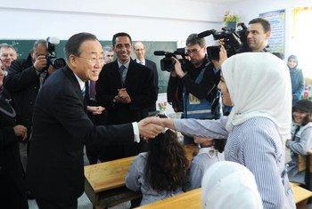 Le Secrétaire général Ban Ki-moon (à gauche) salue une élève lors de sa visite d'une école à Khan Younis, à Gaza, Photo ONU/Shareef Sarhan