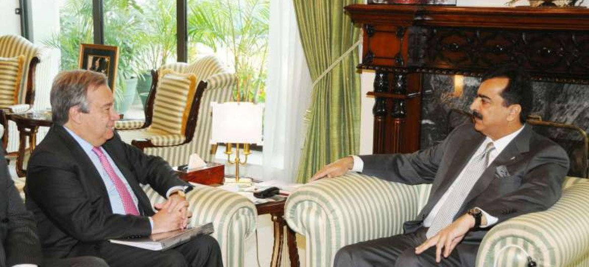High Commissioner for Refugees António Guterres (left) meets Prime Minister Yousuf Raza Gilani of Pakistan.