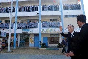 Le Secrétaire général Ban Ki-moon en visite dans une école pour fille à Khan Younis dans le sud de Gaza. Photo ONU/S. Sarhan