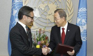 Secretary-General Ban Ki-moon (right) with Foreign Minister Marty Natalegawa of Indonesia.