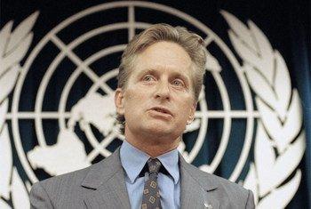 L'acteur Michael Douglas lors d'une conférence de presse au siège des Nations Unies. Photo ONU/E. Debebe
