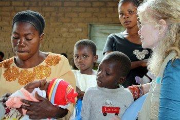 UNICEF Goodwill Ambassador Mia Farrow attends a routine immunization session at a healthcare centre in the DRC, 19 Feb. 2012.