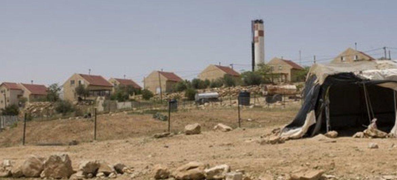منظر لإحدى المستوطنات الإسرائيلية من منطقة تجمع لبدو أم الخير في الضفة الغربية