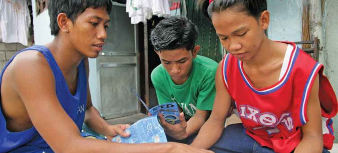 Peer educator discusses HIV/AIDS prevention and other STDs in Barangay Don Carlos, a poor neighbourhood in Pasay City, Philippines.