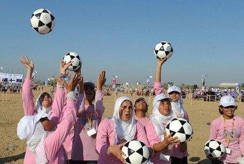 (من الأرشيف) فتيات يتدربن على كرة القدم