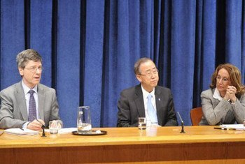 Secretary-General Ban Ki-moon flanked by Rebeca Grynspan of UNDP (right) and Special Adviser Jeffrey Sachs at press conference  on the MDGs.