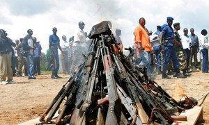 Armas sendo destruídas no Burundi.