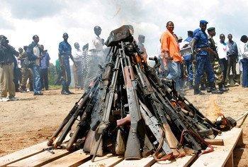 Des armes sont brûlées dans le cadre du lancement du processus de désarmement, démobilisation et réintégration (DDR) à Muramvya, au Burundi.