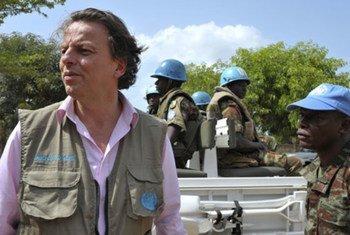 Special Representative Bert Koenders (left) with UNOCI peacekeepers.