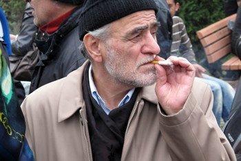 رجل يدخن سيجارة في إسطنبول بتركيا.