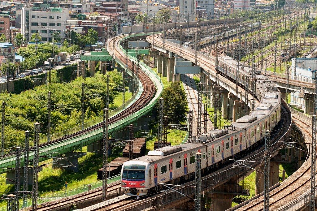 Un train à Séoul. Photo ONU/Kibae Park