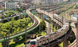 韩国首尔一辆行使中的列车。