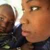 Une jeune mère et son enfant souffrant de malnutrition dans un centre de dépistage à Gamdji