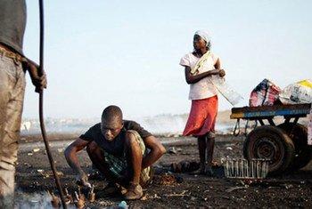 Trabajadores de un centro de reciclaje informal de desechos electrónicos en Ghana.