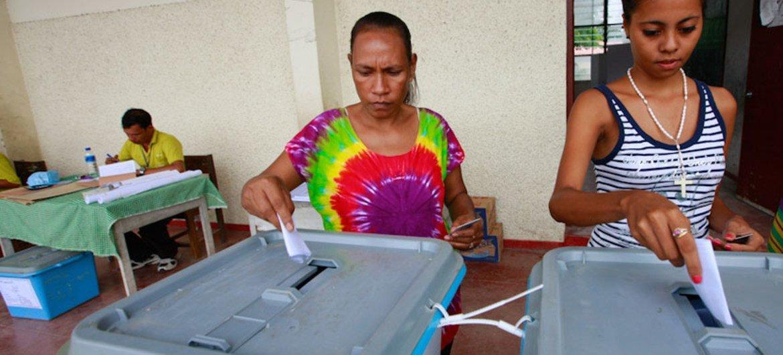 Deux femmes déposent leur bulletin dans l'urne lors du premier tour de l'élection présidentielle au Timor-Leste le 17 mars 2012. Photo MINUT/M. Perret