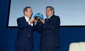 Ban Ki-moon presents Indonesian President Susilo Bambang Yudhoyono with a symbolic gift of a UN blue helmet at the Indonesia Peace and Security Centre. UN/E. Debebe