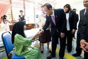 Le Secrétaire général Ban Ki-moon et son épouse Yoo Soon-taek rencontrent une patiente atteinte de tuberculose lors de leur visite en Malaisie. Photo ONU/E. Debebe