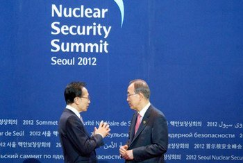 Le Secrétaire général Ban Ki-moon (à droite) avec le Président de La République de Corée lors de l'ouverture de Sommet sur la sécurité nucléaire à Séoul. Photo ONU/Eskinder Debebe