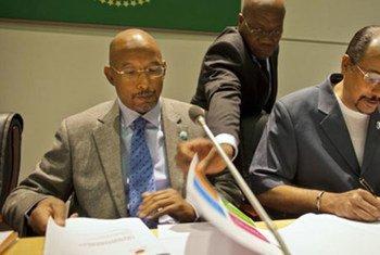 Ibrahim Assane Mayaki du NEPAD (à gauche) et le Directeur exécutif d'ONUSIDA, Michel Sidibé, signent un accord à Addis Abeba, en Ethiopie. Photo ONUSIDA/Jiro Ose