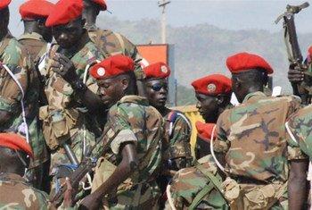Des soldats sud-soudanais en patrouille dans les rues de Juba. Photo IRIN/Peter Martell