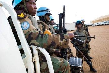 Des Casques bleus de la MINUAD en patrouille dans le Nord-Darfour. Photo MINUAD/Albert Gonzalez Farran