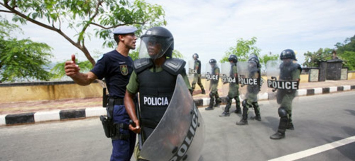 UNMIT officer leads the Timorese Police's special company officers in a public order training exercise, in Dili.