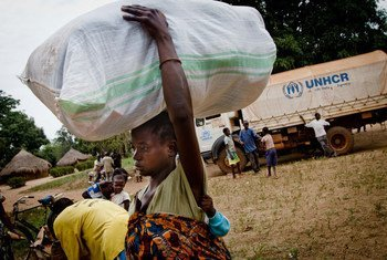 A Congolese woman, displaced by LRA attacks, carries a bag of non-food items distributed by UNHCR in Dungu, DR of Congo.