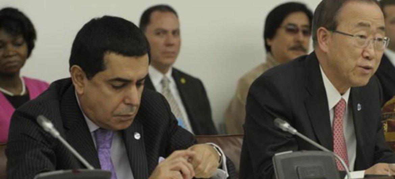 Le Secrétaire général Ban Ki-moon (à droite) et le Président de l'Assemblée générale, Nassir Abdulaziz Al-Nasser, lors d'une réunion de haut-niveau sur le bonheur. Photo ONU/Eskinder Debebe